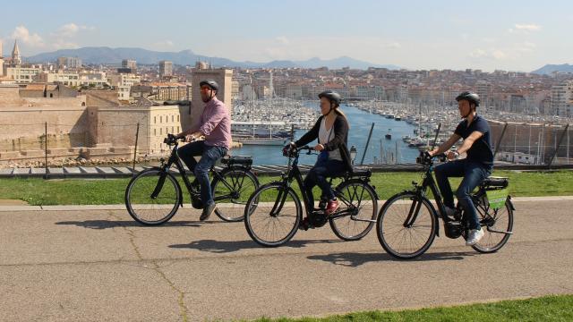 3 cyclistes au parc du Pharo