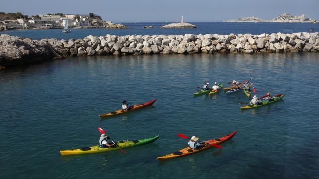 Activités Nautiques à Marseille, plusieurs personnes sur le plan d'eau en kayak des mers qui partent en balade