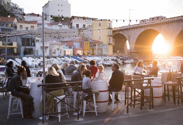 Aperitif au Vallon des Auffes à Marseille, coucher de soleil