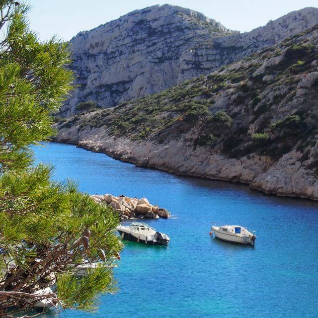 Entrée de la Calanques de Morgiou à Marseille, vue sur des bateaux