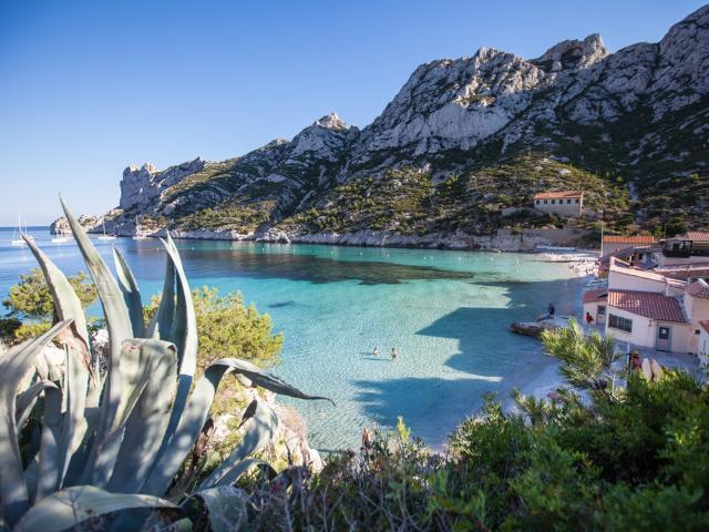 Calanque de Sormiou à Marseille, plage, cabanons et eau tuquoise