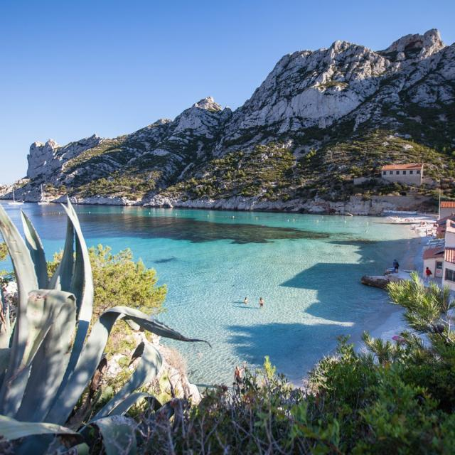 Calanque de Sormiou à Marseille, plage et cabanons et eau tuquoise