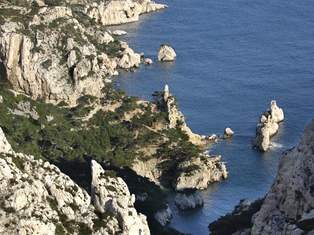 Calanque de sugiton à Marseille, vue du haut de la Calanque sur l'ilôt Le torpilleur