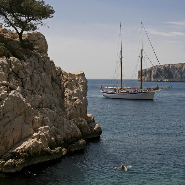 Calanque de Sugiton à Marseille, baignade et voilier au bord des rochers