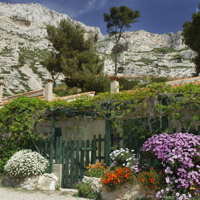 Cabanon fleuri dans une Calanque de Marseille