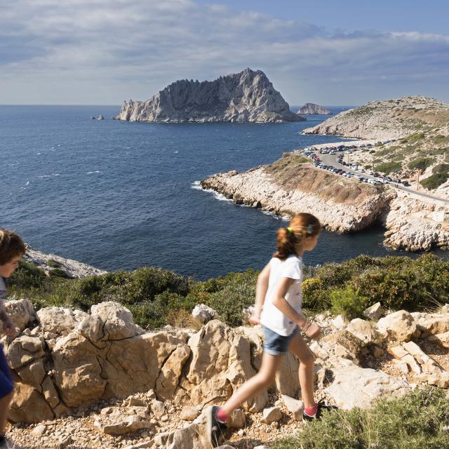 Balade à Callelongue en famille, enfants sur sentier, vue mer en arrière plan