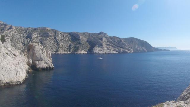 Vue générale des Calanques de Marseille, côte calcaire et mer