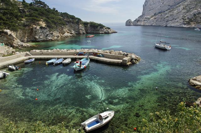 Petit port de la Calanque de Sormiou, barque et eau turquoise à Marseille en Provence