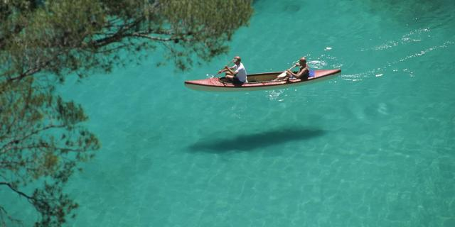 Kayak de mer dans l'eau turquoise de la Calanque d'En Vau à Marseille