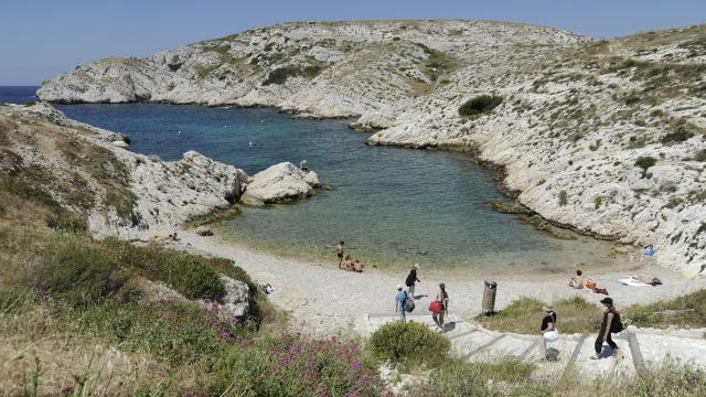 Crique et petite plage avec baigneurs sur l'île du Frioul à Marseille