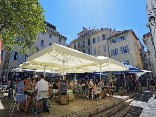 Terrasse de café animée dans le quartier du Panier à Marseille