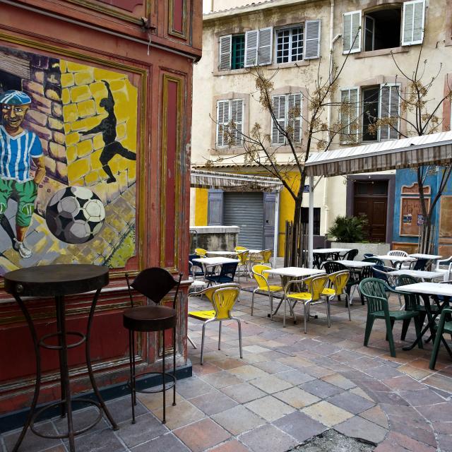 Terrasse de café dans le quartier du panier à Marseille
