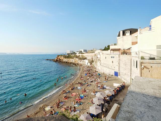 plage des phocéens à Marseille, baigneurs et monde sur la plage
