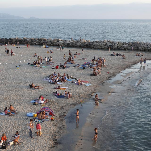 Plage du Prophète à Marseille, soirée baignade, plusieurs personnes sur le sable