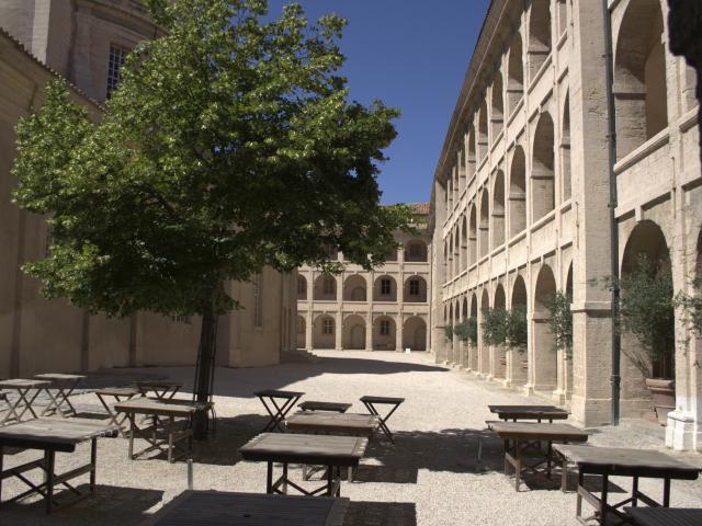 Cour interieure de la vieille charité, vue sur les tables du café et les arcades, quartier du Panier à Marseille