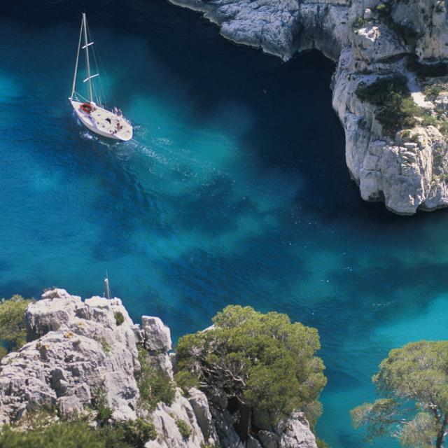 Calanque d'En Vau à Marseille, vue du haut de la falaise, voilier et eau turquoise