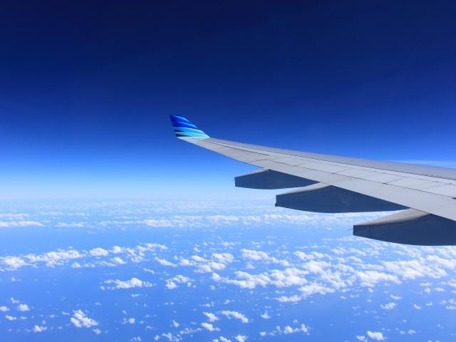 Aile D'avion dans le ciel bleu
