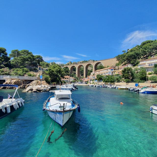 Calanque de Mejean sur la Côte Bleue. Bateau dans petit port et eau turquoise