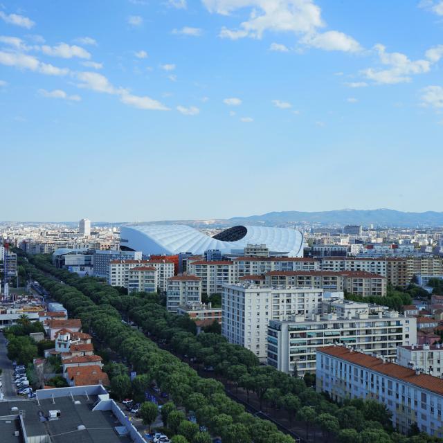 Vue depuis le Corbusier sur la ville et le toit du stade Orange vélodrome