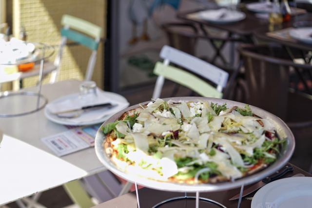 Pizza sur une table