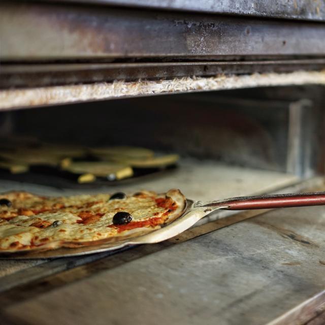 Pizza, sortie du four à Marseille