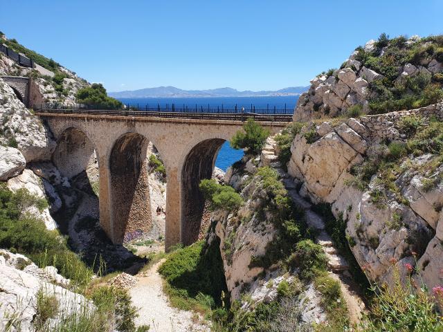 Côte Bleue, Pont et ligne ferroviere, mer en fonf d'image