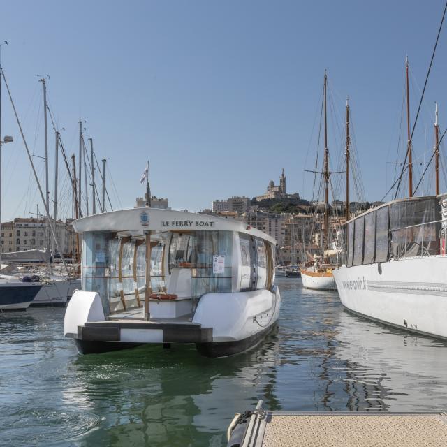 Ferry-Boat sur le Vieux Port à Marseille