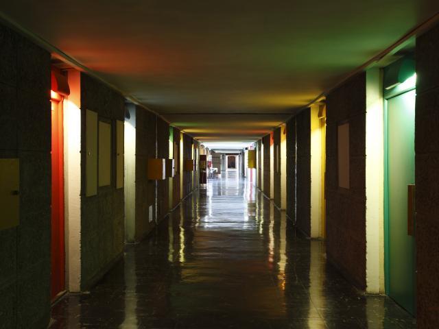 Immeuble Le Corbusier Marseille, couloir portes appartements