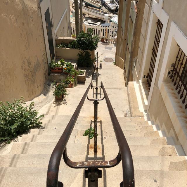 Escaliers qui menent au port de Malmousque sur la Corniche Kennedy à Marseille