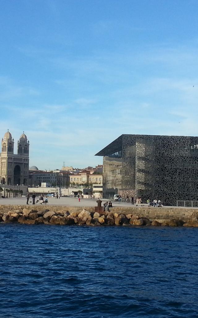 entrée du Vieux port en bateau et vue sur le Mucem et la cathédrale de la Nouvelle Major
