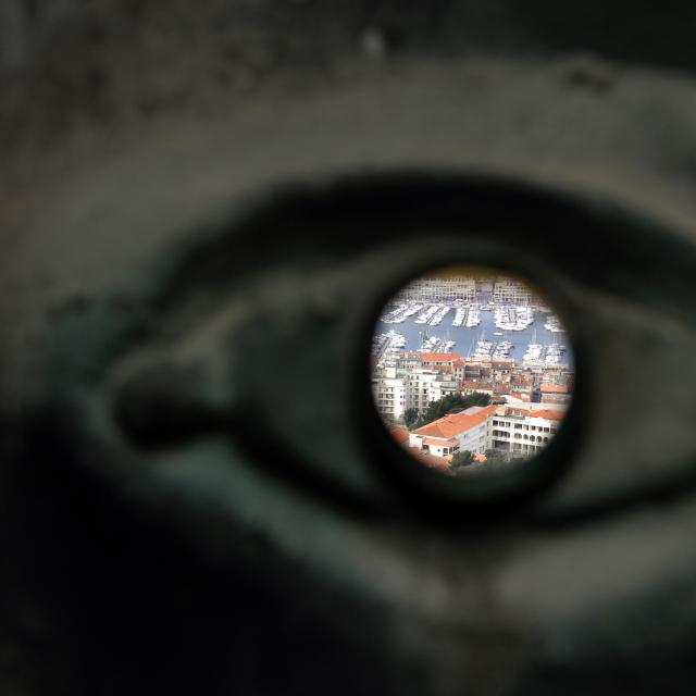 Notre Dame de la Garde, vue sur le Vieux-Port au travers de l'oeil de la Vierge