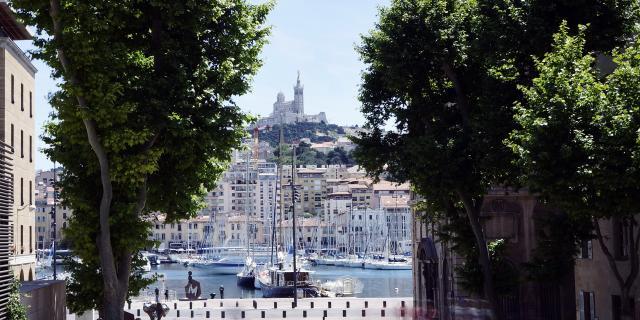Place Bargemon à Marseille, vue sur le Vieux-Port et Notre Dame de la Garde