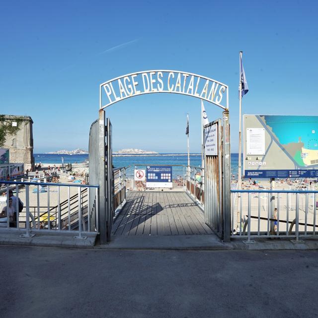 Entrée de la plage des Catalans à Marseille