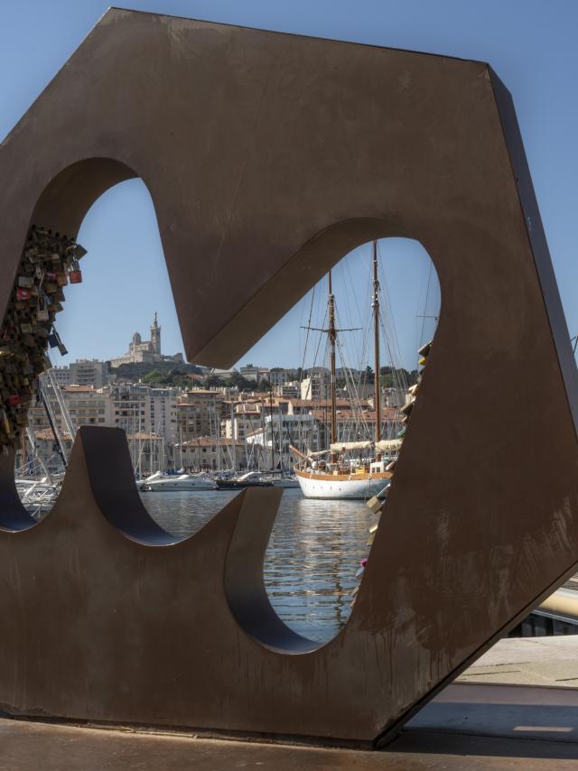 Sculpture M, située sur le Vieux Port côté Quai de la Maire