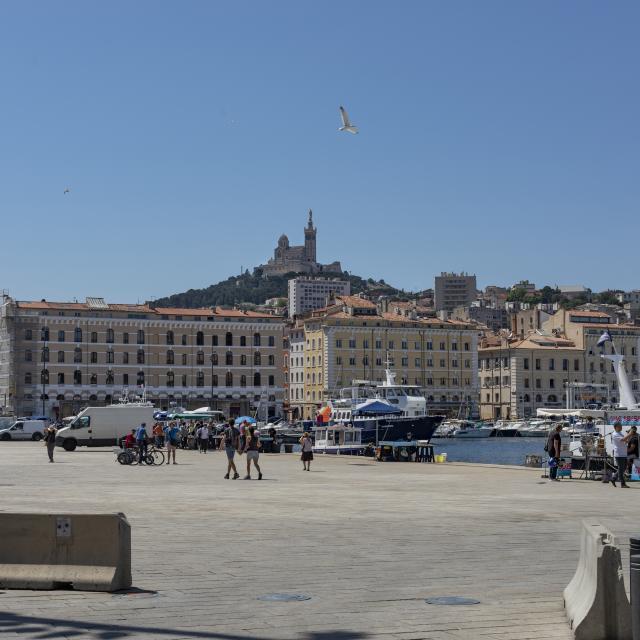 Esplanade du Vieux-Port à Marseille, marché aux poissons et vue sur Notre Dame de la Garde en fond
