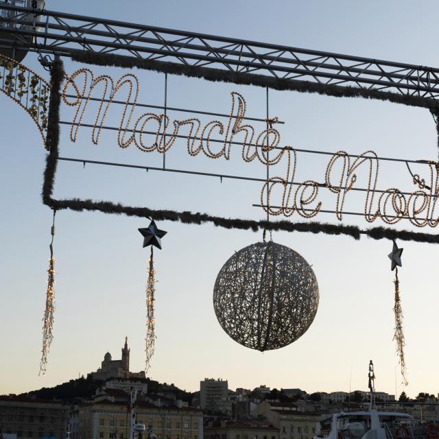 Fête de Noël à Marseille, Marché de Noel en soirée.