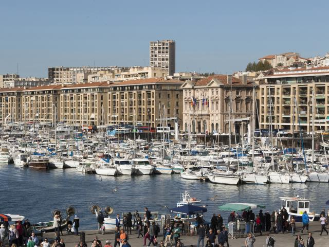 Marché aux poisson sur l'esplanade du Vieux-Port de Marseille, vue générale