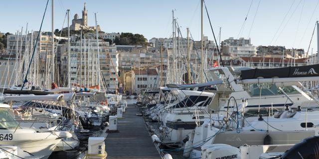 Vieux-Port de Marseille, ponton et bateaux, vue sur Notre-Dame de la Garde