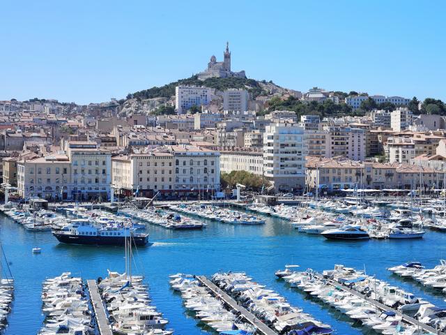 Vieux-Port de Marseille et notre Dame de la Garde, ciel bleu