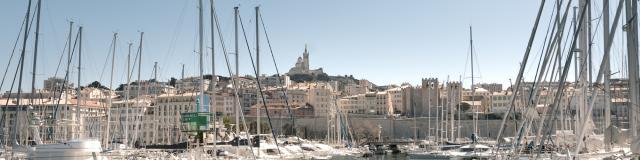 Vieux-Port de Marseille, vue sur les bateaux et Notre Dame de la Garde et l'Abbaye Saint-Victor en fond