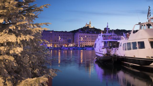 Vieux Port de nuit pendant les fêtes de Noël, sapin enneigé et Notre Dame de la Garde illuminée