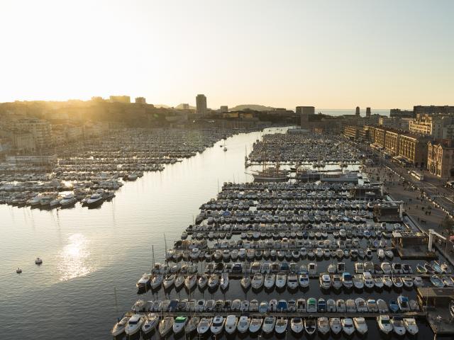Vieux Port de Marseille, vue aérienne au soleil couchant