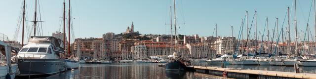 Vieux-Port de MArseille vue sur les bateau et Notre Dame de la Garde