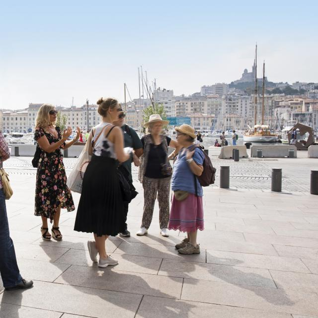 Groupe assistant à une visite guidée sur le Vieux-Port de Marseille