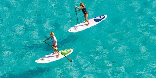 Deux personnes faisant du paddle