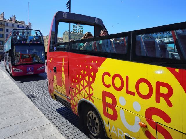 Bus touristiques à étage, sur le Vieux-Port à Marseille