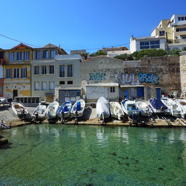 Bateaux et cabanons devant le petit port de Malmousque à Marseille