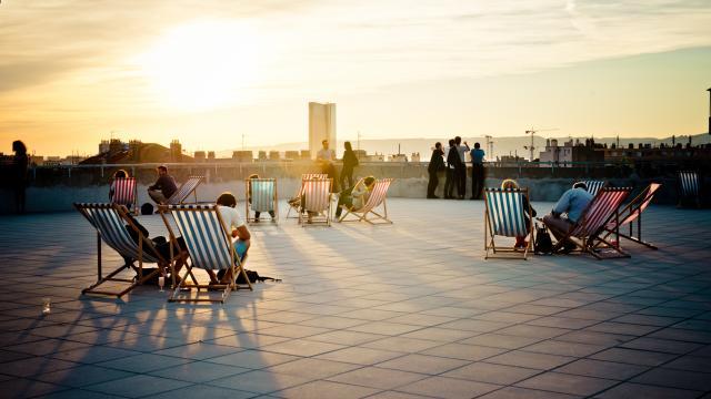 Friche Toit Terrasse de la Belle de Mai. Chaises longues et coucher de soleil