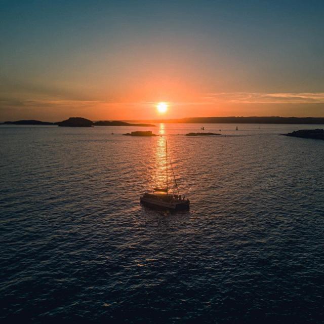 Bateau coucher de soleil rade de marseille