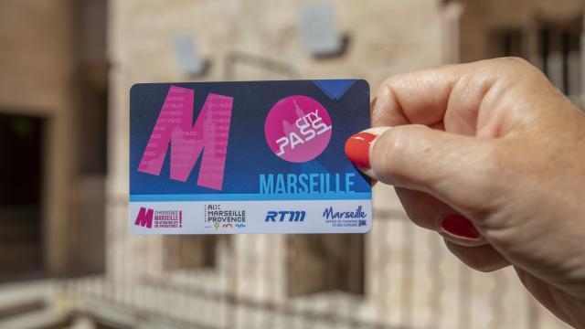 City Pass Marseille tenu par la main d'une femme